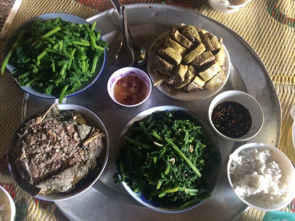 Bữa cơm trưa đơn giản ấm cúng cùng gia đình do chị Thúy chủ nhà nấu.