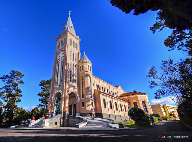 Không du khách nào tới Đà Lạt mà không thé thăm nhà thờ chánh tòa, hay còn gọi là nhà thờ con gà, một biểu tượng về kiến trúc của vùng đất này.Ảnh: Hải Vinh photo
