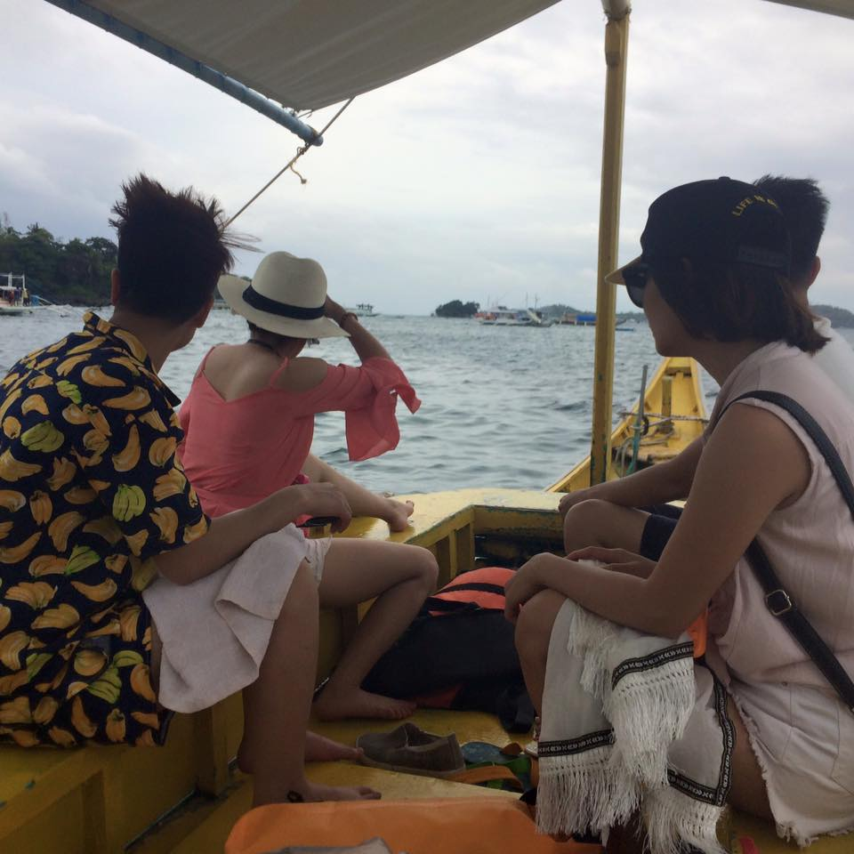 Ngồi trên thuyền ngắm cảnh tour island hoping