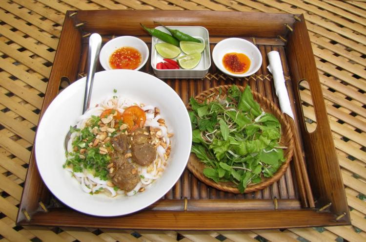 Mì quảng ăn kèm với rau sống – đặc sản của đất Quảng Đà