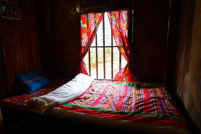 Căn nhà sàn rộng rãi đủ cho nhóm khách khoảng 30 người, giá một đêm từ 100.000 đồng mỗi người. Ảnh: Lo Lo Guesthouse.