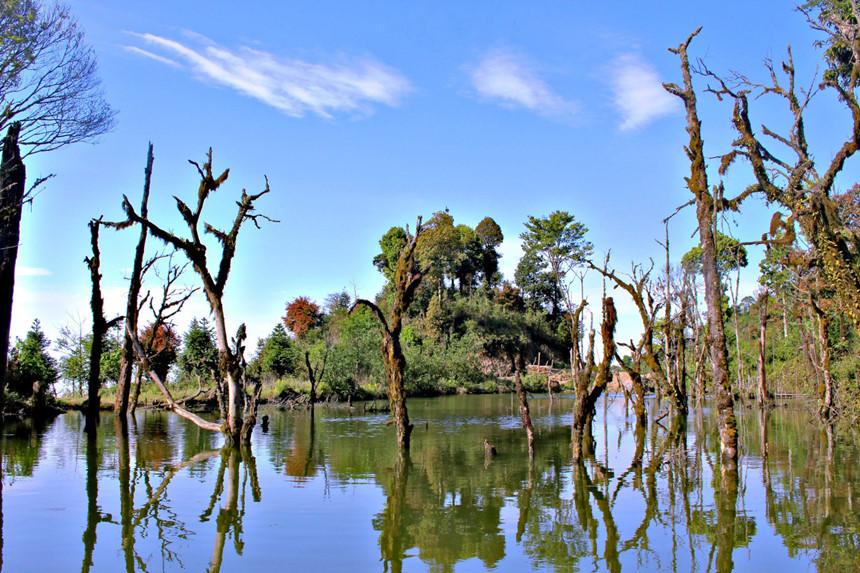 Hồ Trên núi Chiêu Lầu thi