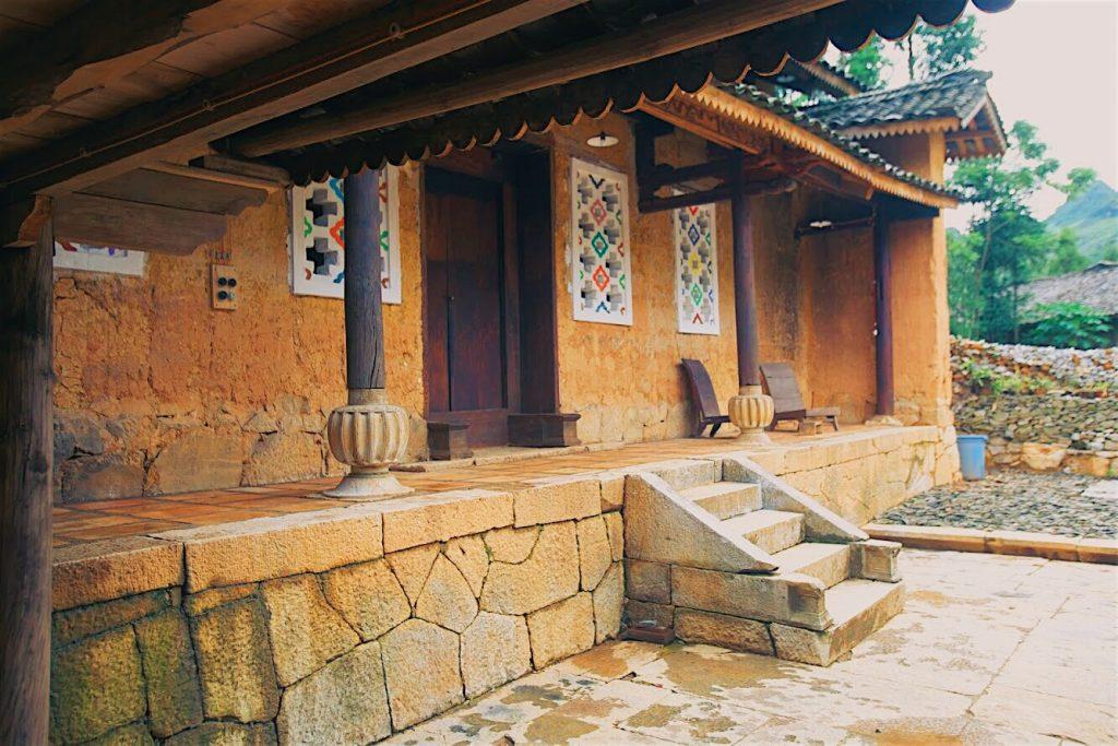 Auberge de Meovac homestay có kiến trúc và cách sinh hoạt, mang đậm chất người Hmong