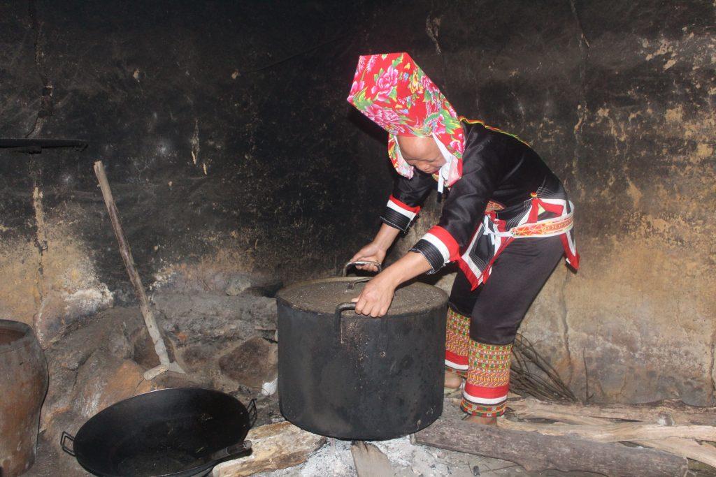 Chị Dường Nhì Múi (Vợ Ông Hếnh) chuẩn bị nước tắm cây thuốc Dược liệu của người Dao phục vụ du khách