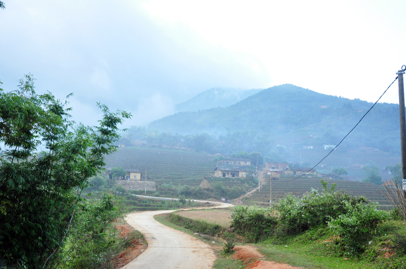 Con đường nhỏ dẫn vào thôn Cao Thắng (xã Lục Hồn) - nơi xuất phát chinh phục Cao Xiêm.