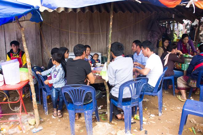 Một quán ăn của người Lào