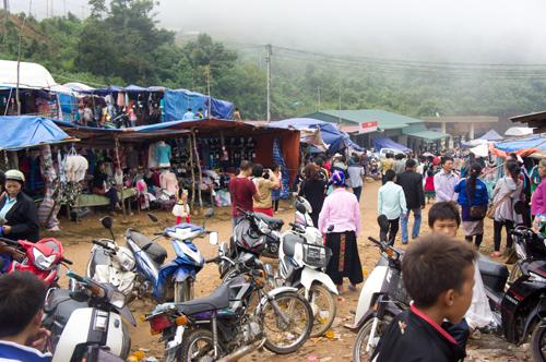 Một góc tấp nập của chợ Lào