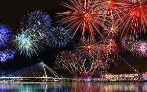 Du lịch Đà Nẵng, bạn sẽ được chiêm ngưỡng màn pháo hoa mừng năm mới bên bờ sông Hàn. Ảnh: Internet