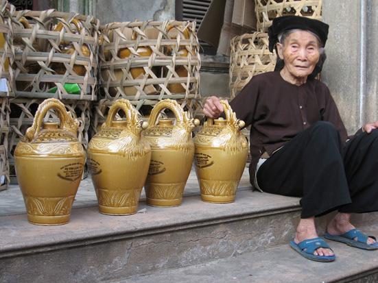 Vọc Long Tửu đã đoạt được nhiều giải, cúp vàng về chất lượng và mẫu mã cùng nhiều câu thơ ca tụng.