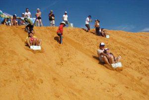 Chơi trượt cát ở Phan Thiết. Ảnh Internet