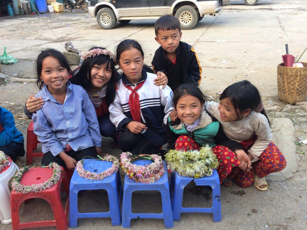 Những em bé người Mông bán vương miện tết bằng hoa tam giác mạch, giá chỉ 10K.