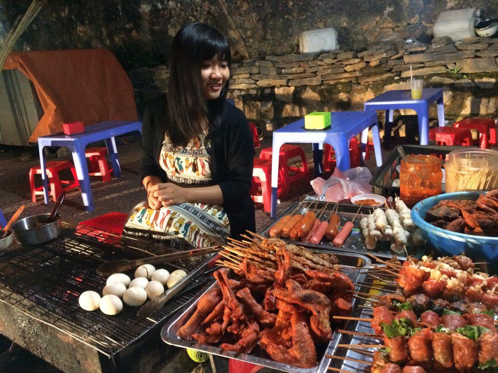 Một quán đồ nướng bên đường ở chợ đêm phố cổ Đồng Văn. ảnh Tony Hải