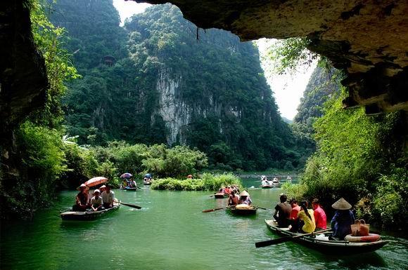 Du khách ngồi thuyền tham quan các hang động ở Tràng An. Ảnh Internet
