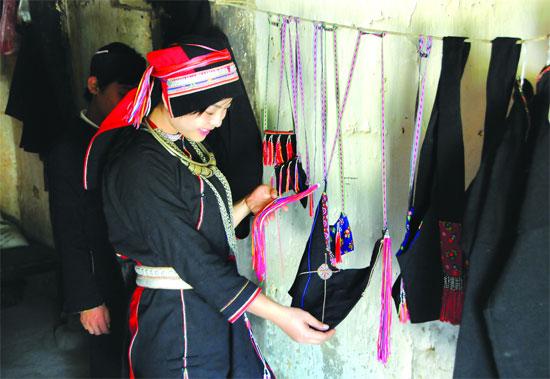 Du khách thích mặc trang phục Dao áo dài và mua những sản phẩm thủ công của người dân Nặm Đăm.