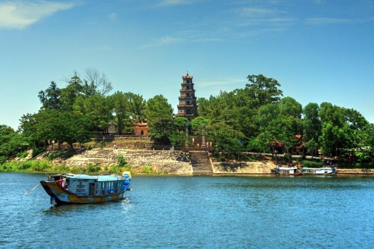 Chùa Thiên Mụ - ngôi chùa nổi tiếng nhất xứ Huế nằm bên bờ sông Hương êm đềm. Ảnh Internet