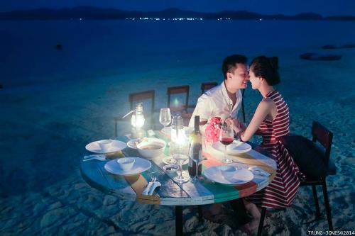 Bữa tối lãng mạn với ánh sáng lung linh của những chiếc đèn bão. Ảnh: Trung Jones