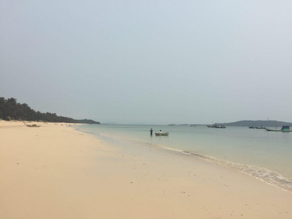 Bải biển Hồng Vàn, do mình đi chưa đúng mùa nên nước biển chưa xanh và đẹp.