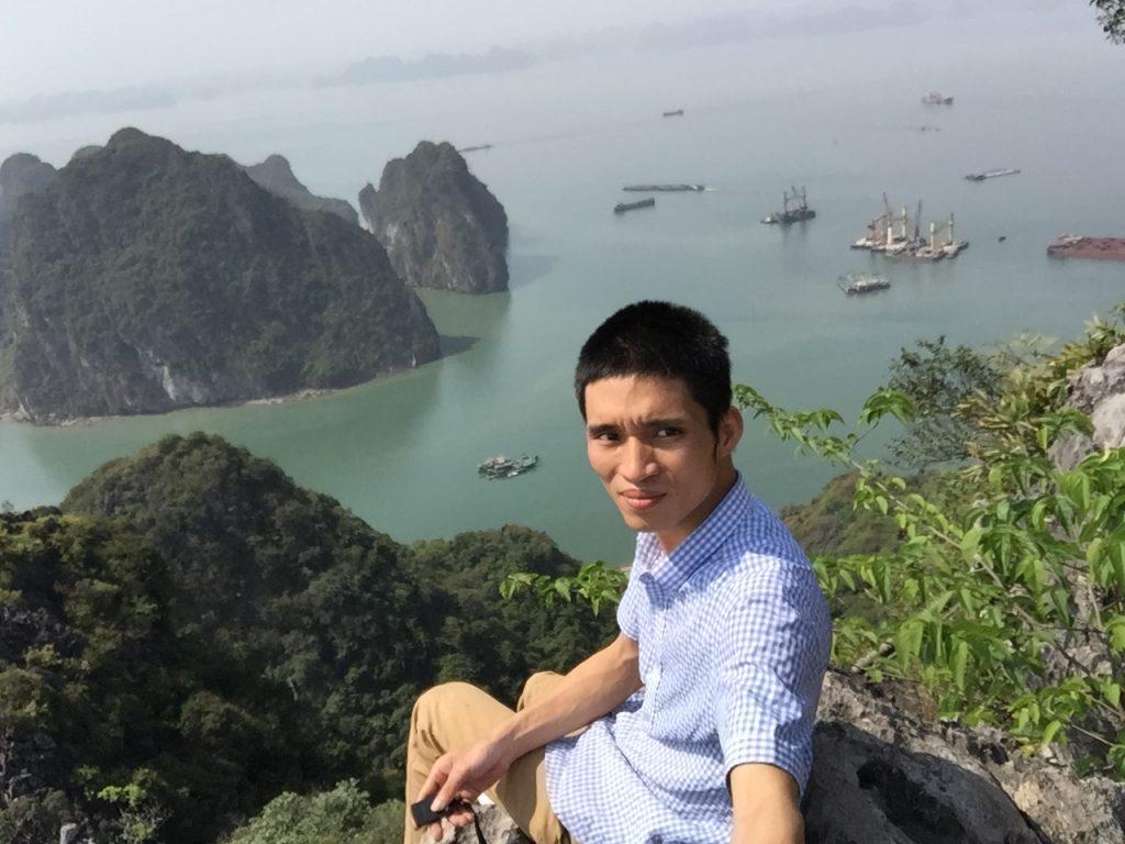 Trên đỉnh núi Bài Thơ nhìn xuống vịnh Hạ Long
