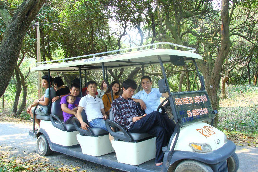 Dịch vụ thuê xe điện tham quan du lịch trên đảo của anh Đắc