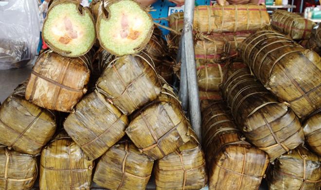 Banh Tét Trà Cuôn - món quà đầy ý nghĩa của người dân Trà Vinh. Nhiều thương lái mua bánh Tét về bán tại các tỉnh thành khắp, đưa cái vị thơm ngon của Bánh Tết Trà Cuôn ngày càng vang xa