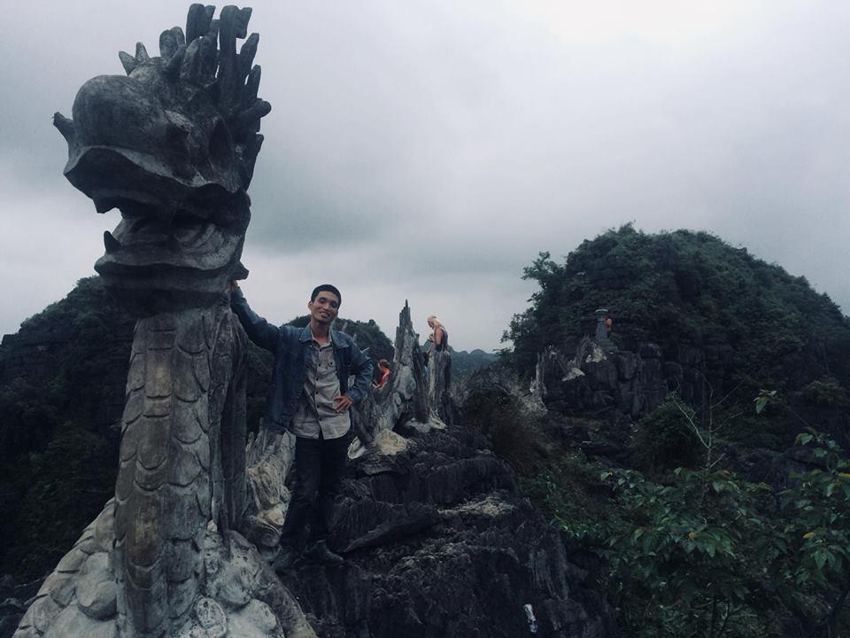 Trên đỉnh núi Ngọa Long Hang Múa