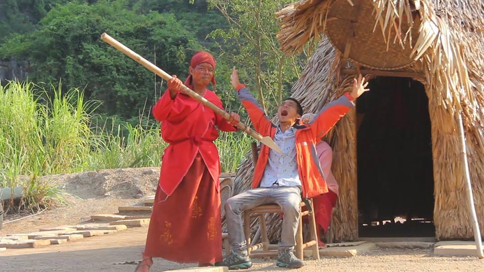 chụp hình lưu niệm tại ngôi làng thổ dân