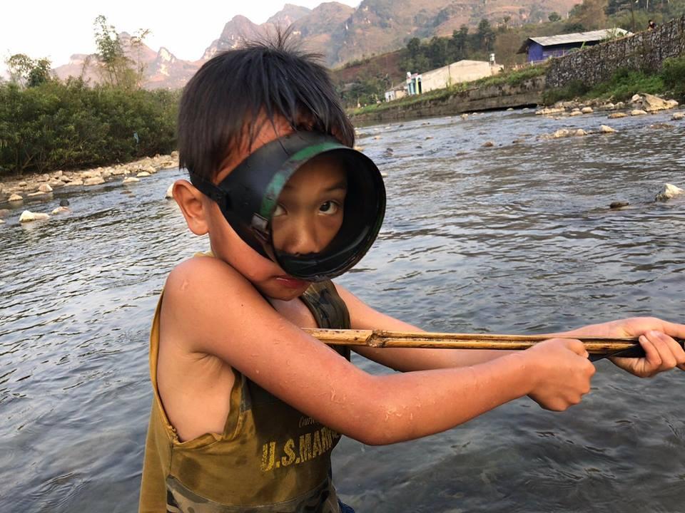 Theo chân đúa trẻ ở Bản Du già đi bắn cá suối