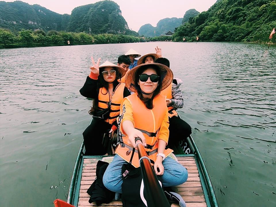 Di chuyển tham quan Tràng An bằng đò, 5 người 1 đò giá 200K/ người.