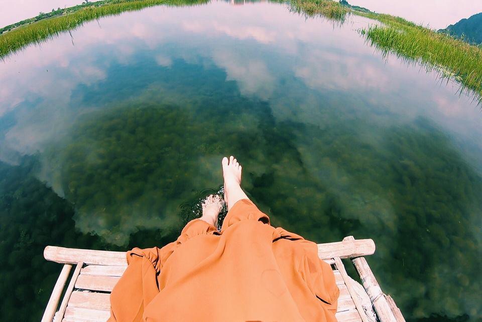 Đầm Vân Long! Nước trong veo thấy rõ quần thể sinh vật đang sống dưới hồ! Ngâm chân xuống làn nước này, bạn sẽ thấy tràn ngập cảm giác thoải mái!