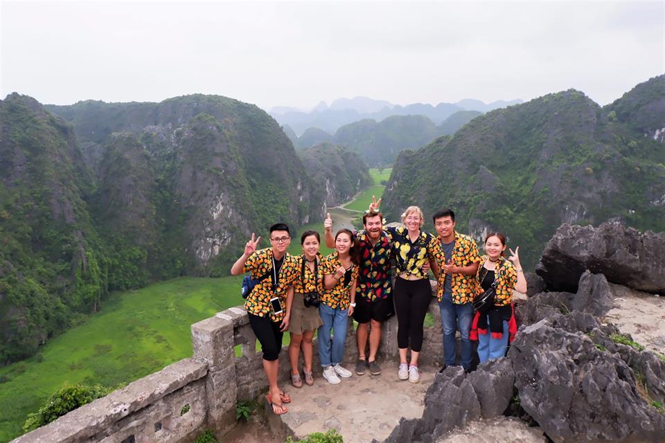 Biệt đội trái cam trên đỉnh núi Ngọa Long, Hang Múa nhìn xuống Tam Cốc