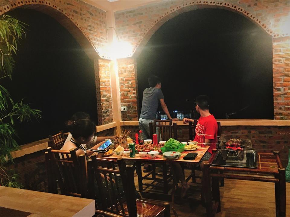 Bọn mình tổ chức tiệc BBQ bung lụa quành tránh ở homestay do chính tay anh chị chủ chuẩn bị.
