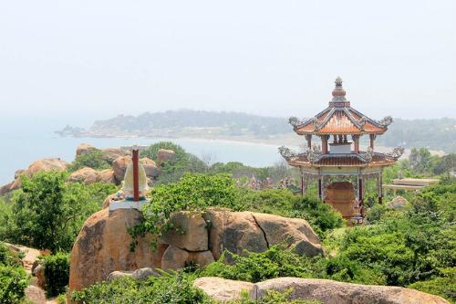 Một góc chùa Cổ Thạch từ trên cao nhìn xuống biển Cổ Thạch