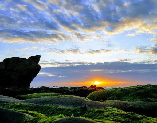 """Bình Minh ở mỏm đá """" Bà Khôm """" trên bãi biển Cổ Thạch, Tuy Phong, Bình Thuận."""