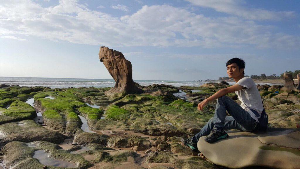 Vị trí hay chụp sống ảo cùng hòn đá vươn khơi