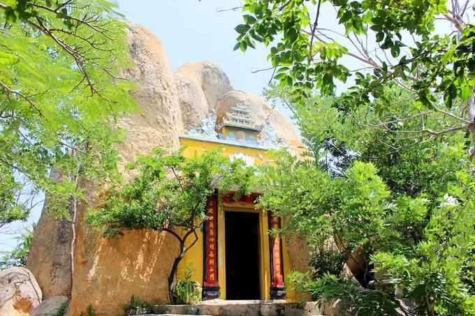 Chùa Cổ Thạch hay còn gọi là chùa Hang là nơi du lịch tâm linh và cũng là thắng cảnh tuyệt đẹp